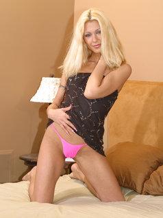 Cindy Crawford displays her body