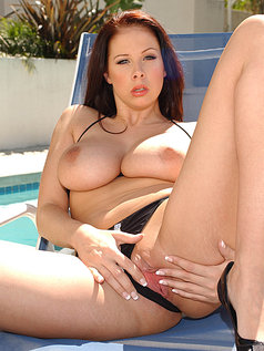 Brunette MILF Gianna Michaels Swallows After a 2 on 1