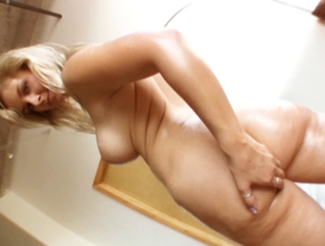 White slut Sarah Vandela oils up her fine round ass!