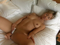 Mia's Must-See Masturbation with Toys